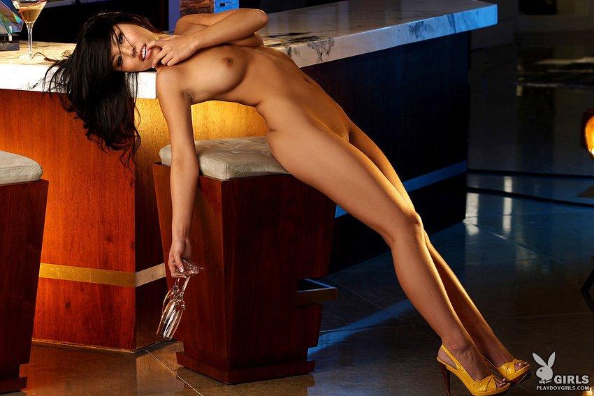 Сисястая узкоглазая богиня Rochelle Minami с прекрасными ухоженными ногами спускает свое белье и позирует обнаженной