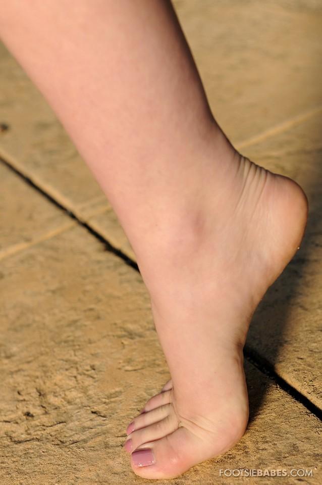Грудастая телочка Кэгни Линн Картер дразнится своими раздвинутыми ногами и ухоженной пиздой между ними