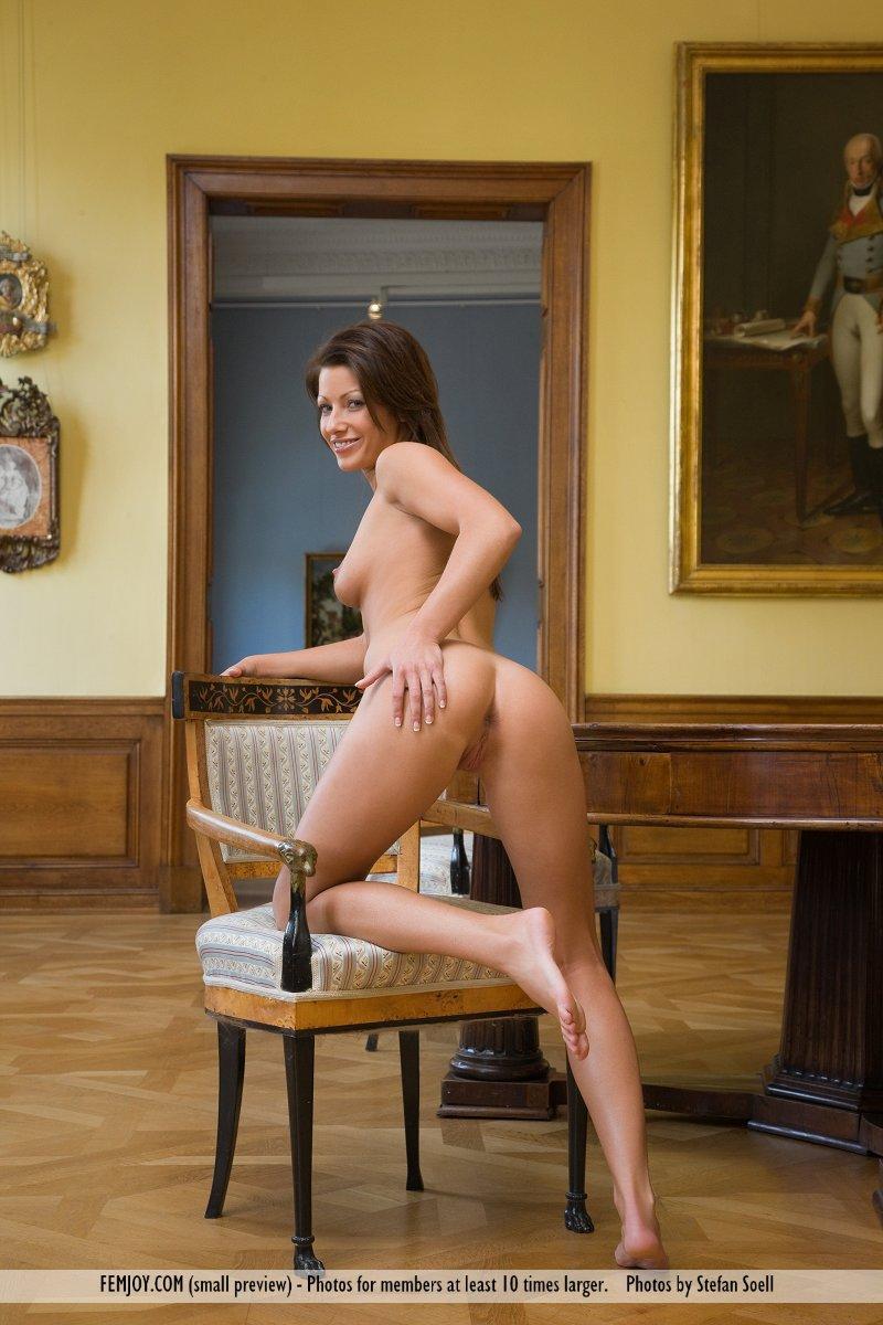 Милая милашка Tea Jul в изящной квартире показывает свое замечательное тело раздетым