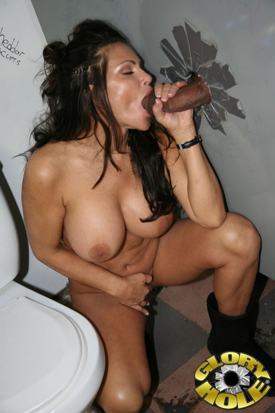 Симпатичная мамка Teri Weigel удовлетворяет черный болт в туалете