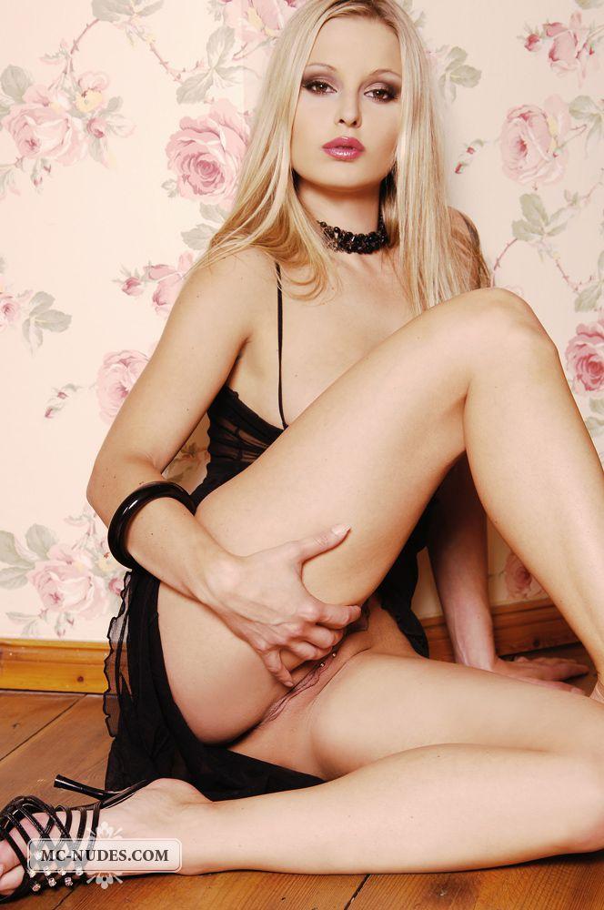 Красивый белокурый ангел соблазна Liliane Tiger потрясно выглядит в темном белье