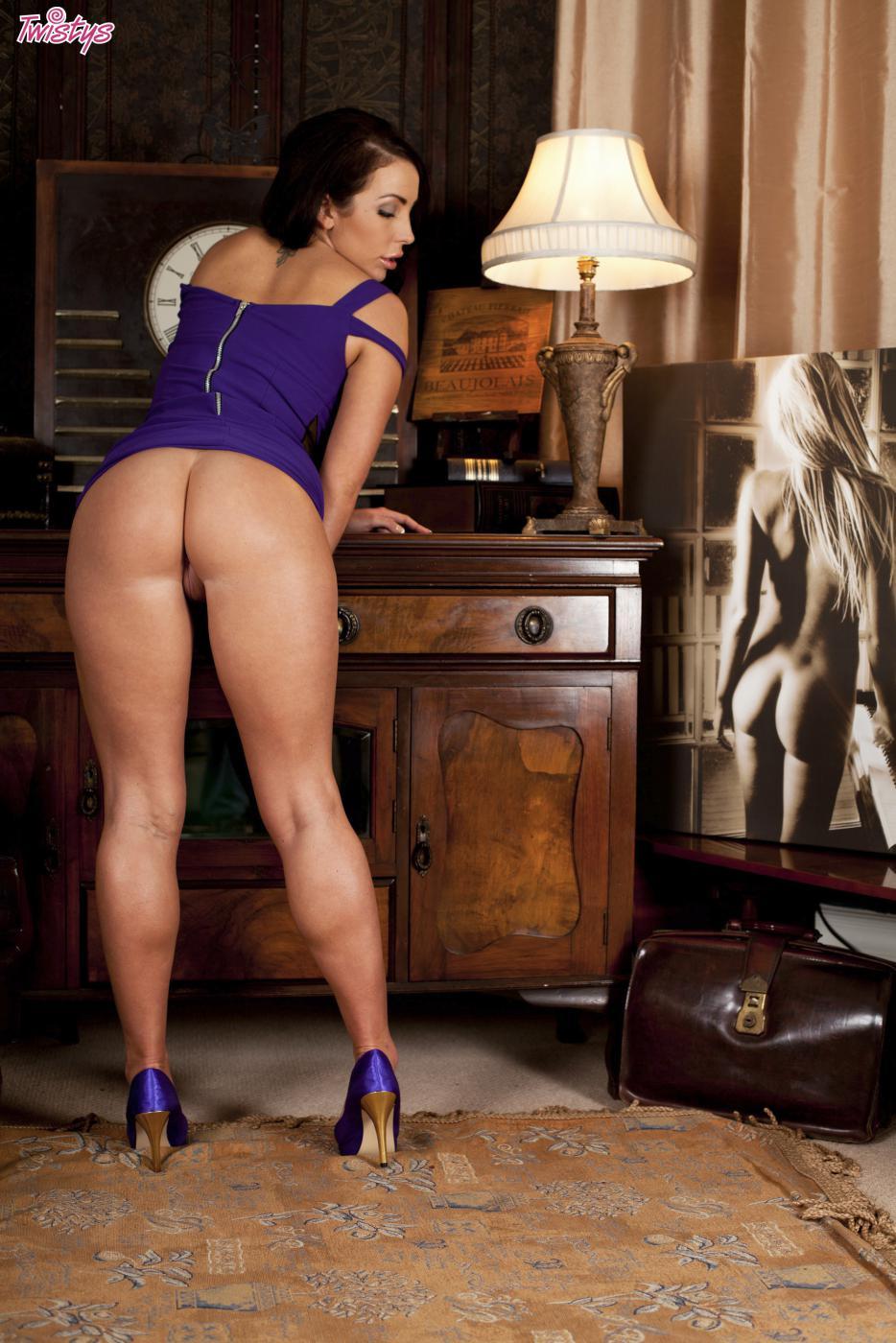 Титькастая Nina Leigh шалит с текущей щелкой под короткой юбочкой