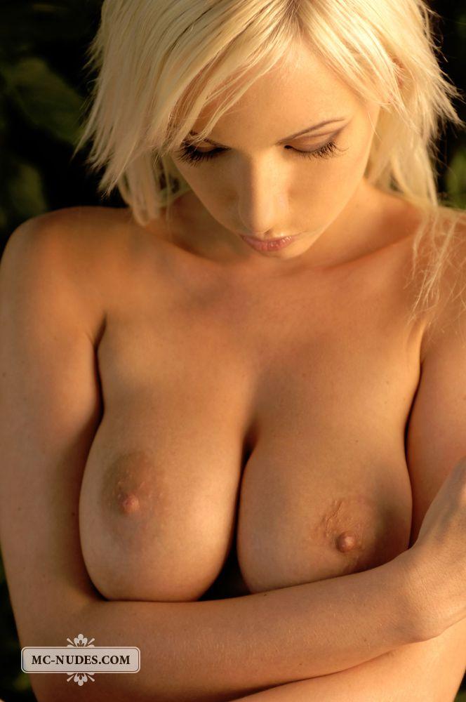 Роскошная белокурая зрелка Alexis обнажается в парке, демонстрируя свои природные груди