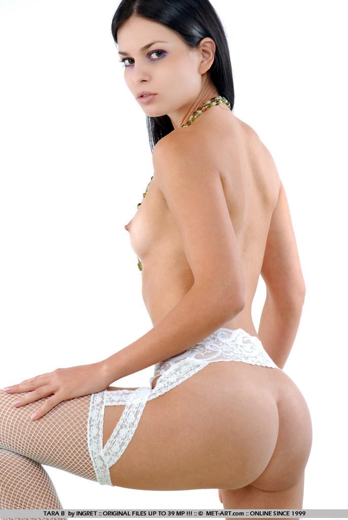 Сексапильная совершеннолетняя красоточка Tara B в сетчатых гетрах встала раком демонстрируя свои ухоженные щелки