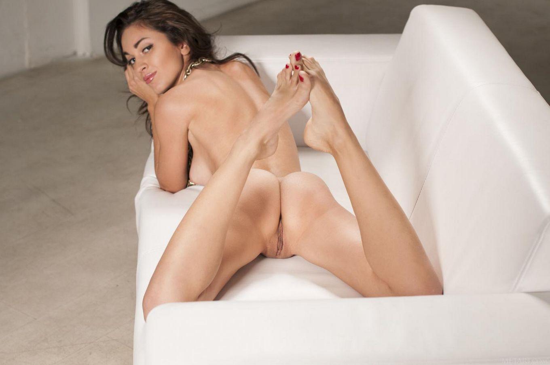 Сексапильная Helen H вполне готова показать свою бритую писю на лежанке