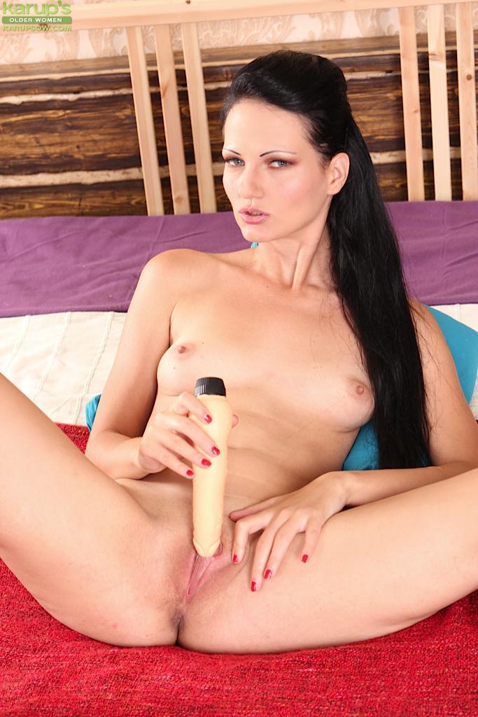 Зрелая темненькая цаца Anette Fox от всей души шалит со своей новехонькой секс-игрушкой