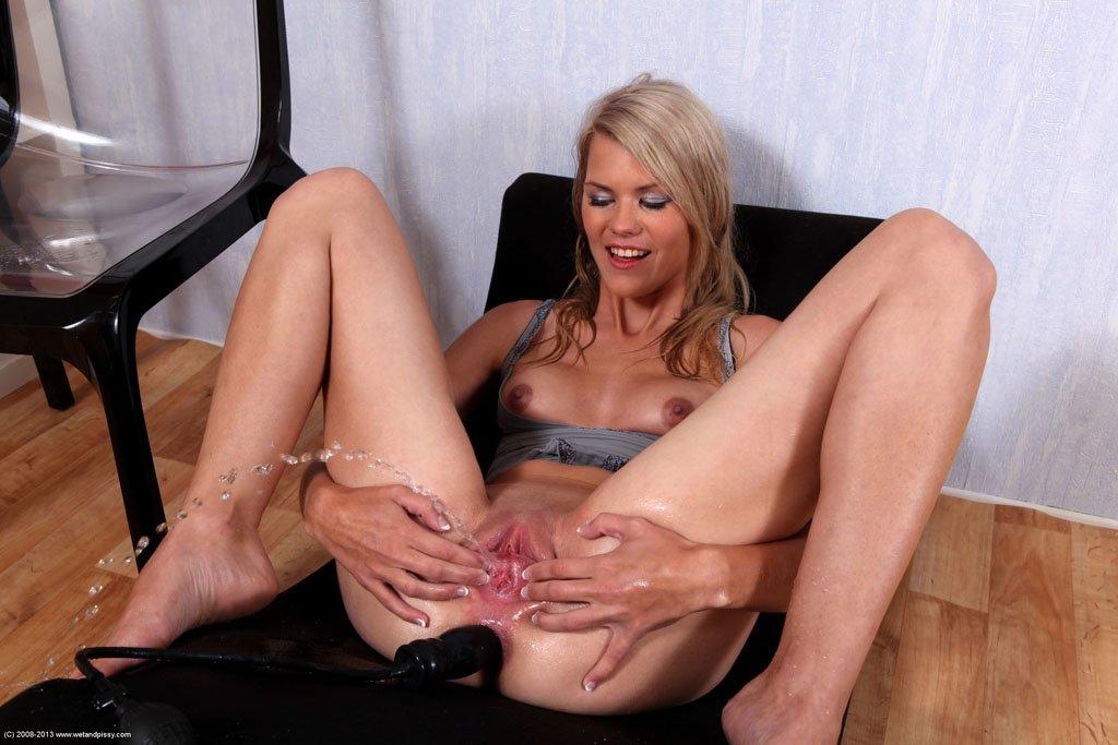 Блондинка Jenny Anne растопыривает ноги и втыкает дилдо в жопу