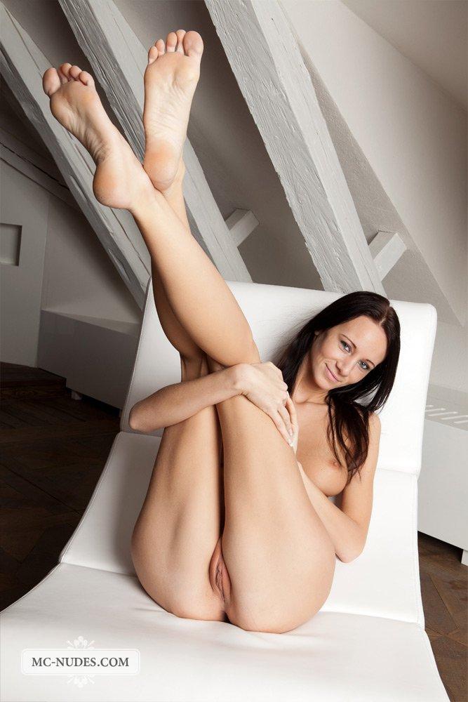 Эта темненькая девушка - Эвелин Нилл, растопыривает ноги обеими пальчиками и показывает свою вульву во всех подробностях