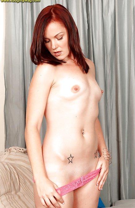 Юная студентка рыженькая скинула стринги и демонстрирует задницу