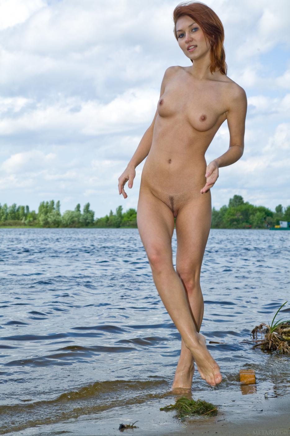 Похотливая рыженькая штучка Katrin B с крошечными грудями и аккуратной писей в людном месте обнаженная