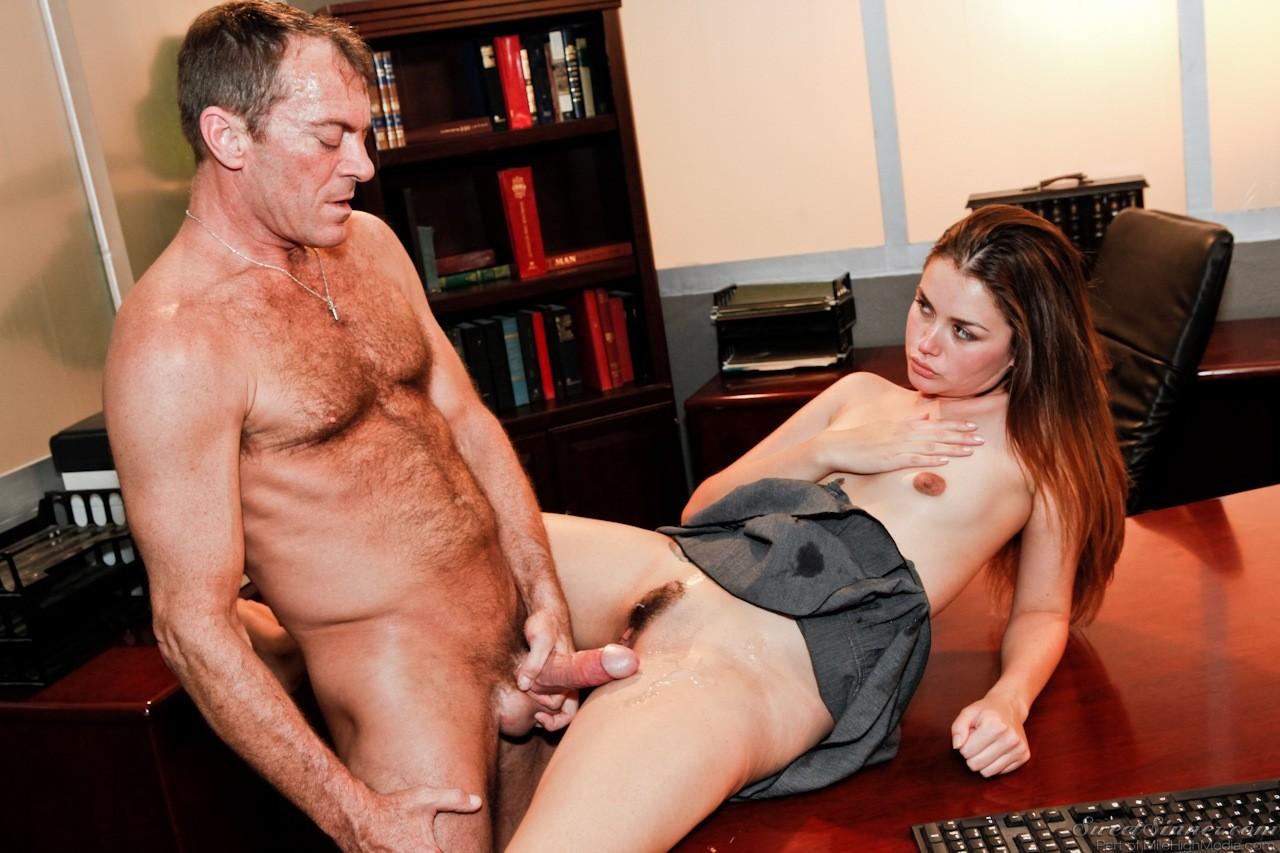 Элли Хейз занимается сексом на рабочем месте с боссом