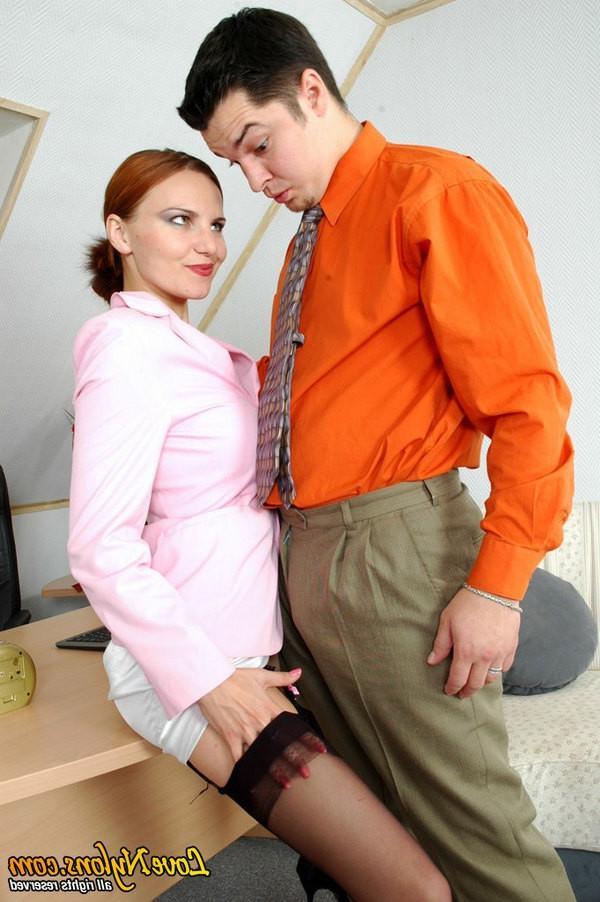 Начальник уединился с секретаршей после окончания рабочего дня