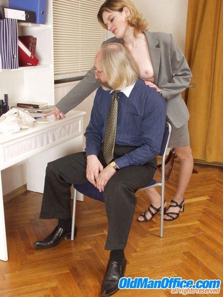 Секретарша дала помацать себя старому директору и даже подрочила ему