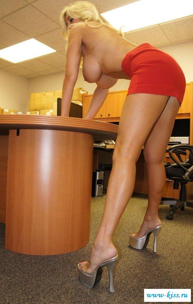 Заснял сисястую секретаршу босса обнаженной