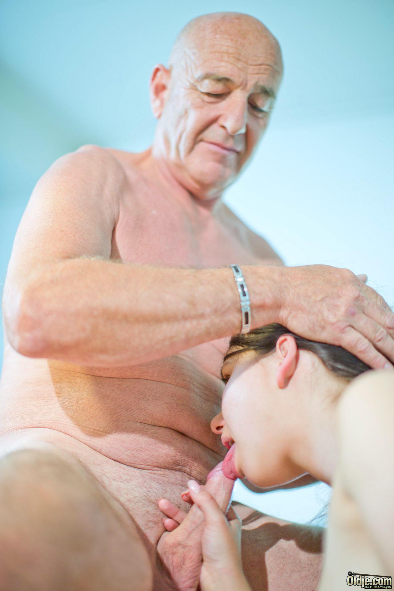 20-летняя занимается сексом со стариком