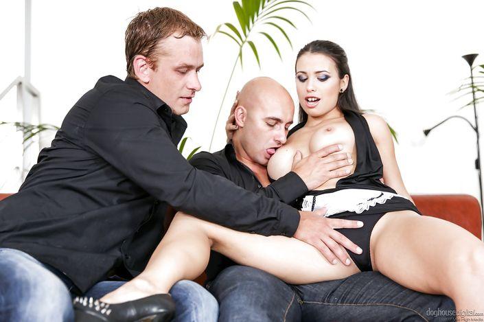 Приятная домохозяйка Mira Cuckold с изящными титьками сношается с 2-мя мужчинами секс фото порно