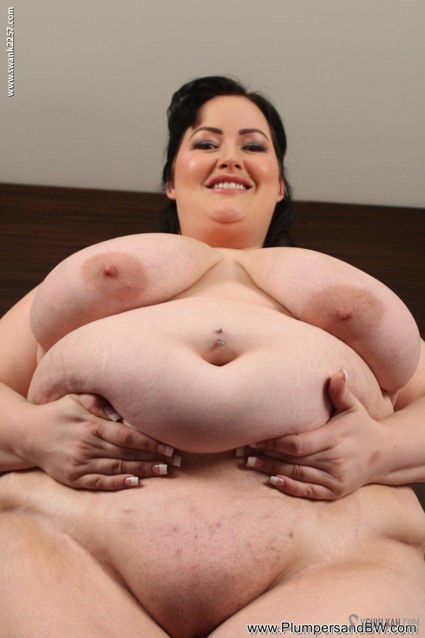 Весьма полная толстушка кайфует