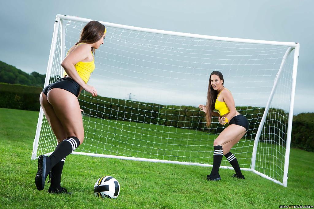 2е футболистки с огромными сраками сосут огромный член судьи
