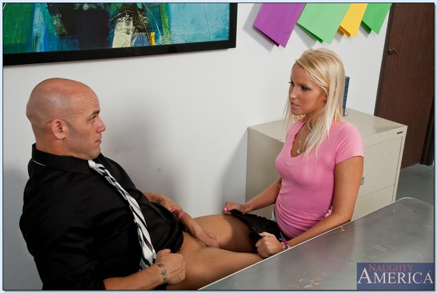 Лысый начальник ттрахает секретаршу Ванесса Кейдж в узкую пизду