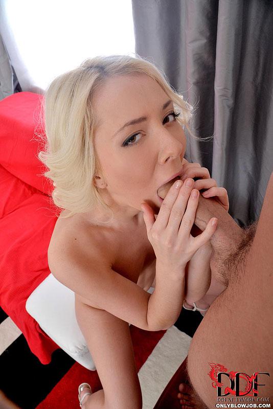 Соблазнительная стройняшка берет в рот писюн стоящего в кресле юнца