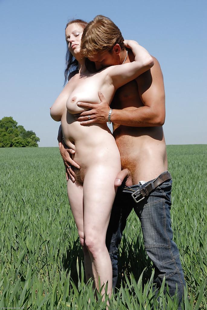 Грудастая деревенщина сношается со своим пареньком в чистом поле