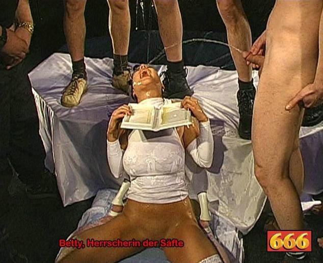 Девка берет в рот письки и пьет мочу нескольких парней
