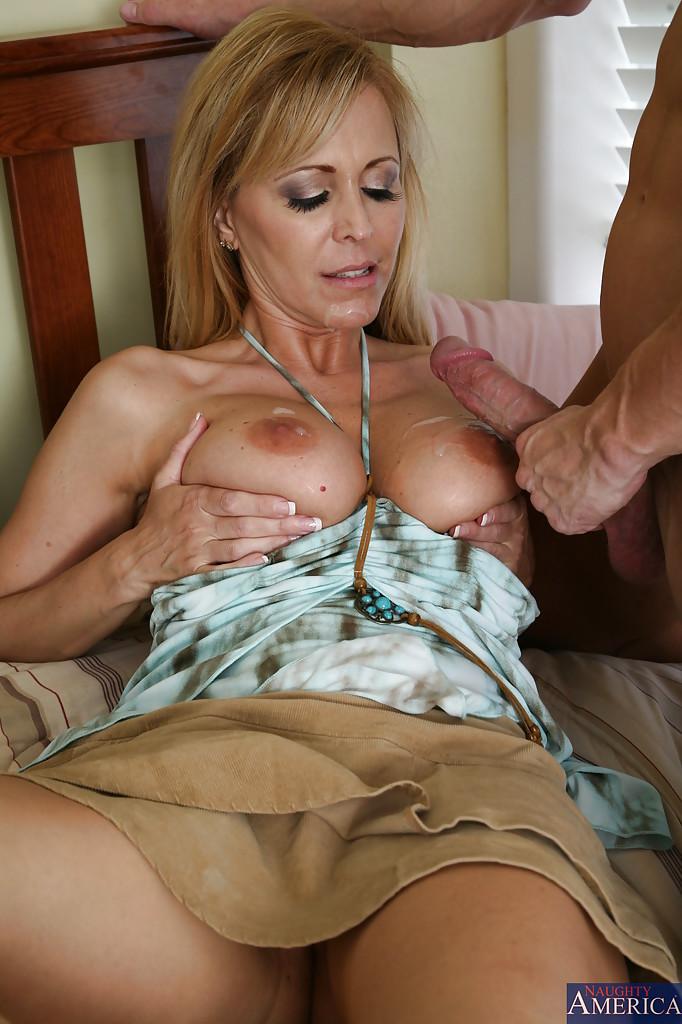 Зрелая блондинка отсосала молодому пацану на кроватке и он кончил ей на грудь