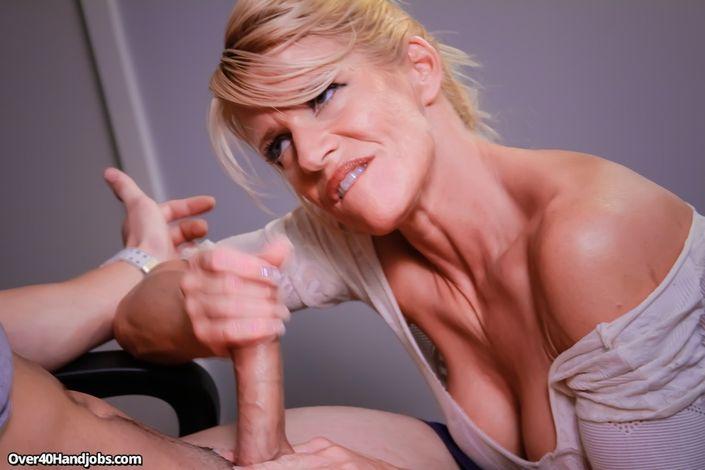 Светлая культуристка с крепкими пальцами сосет хер у волосатого неформала