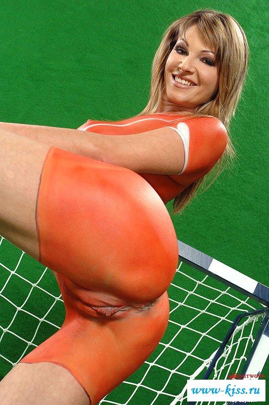 Футболистка перекрасила голые сиськи в униформу