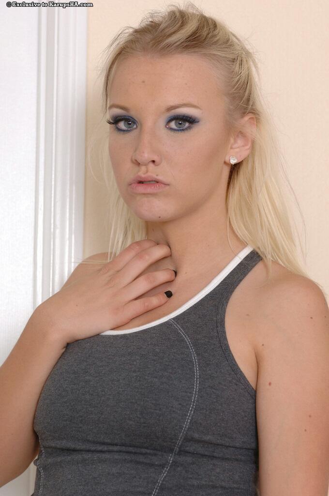 Спортивная блонди с гладкой писькой Jordan Jaylyn снимает трусики и порет пальцами свою узкую жопу