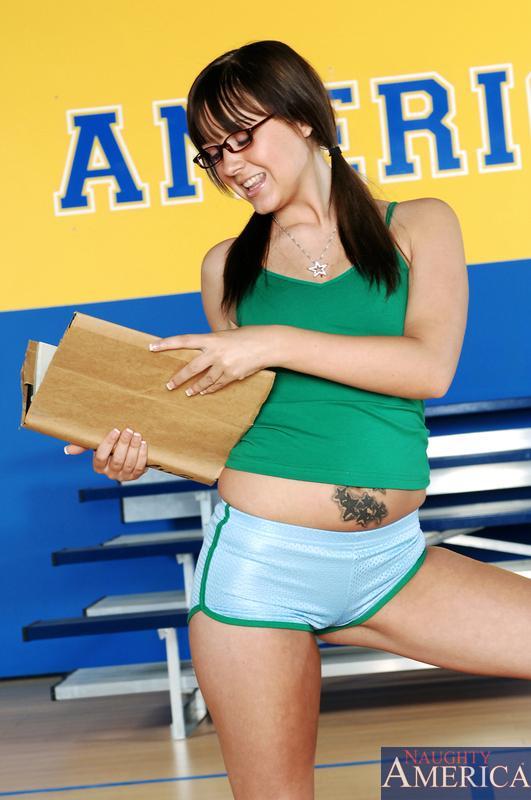 Спортивная девушка-подросток в очках Sarah Shine отсасыват и ебет болт своего учителя в спортзале