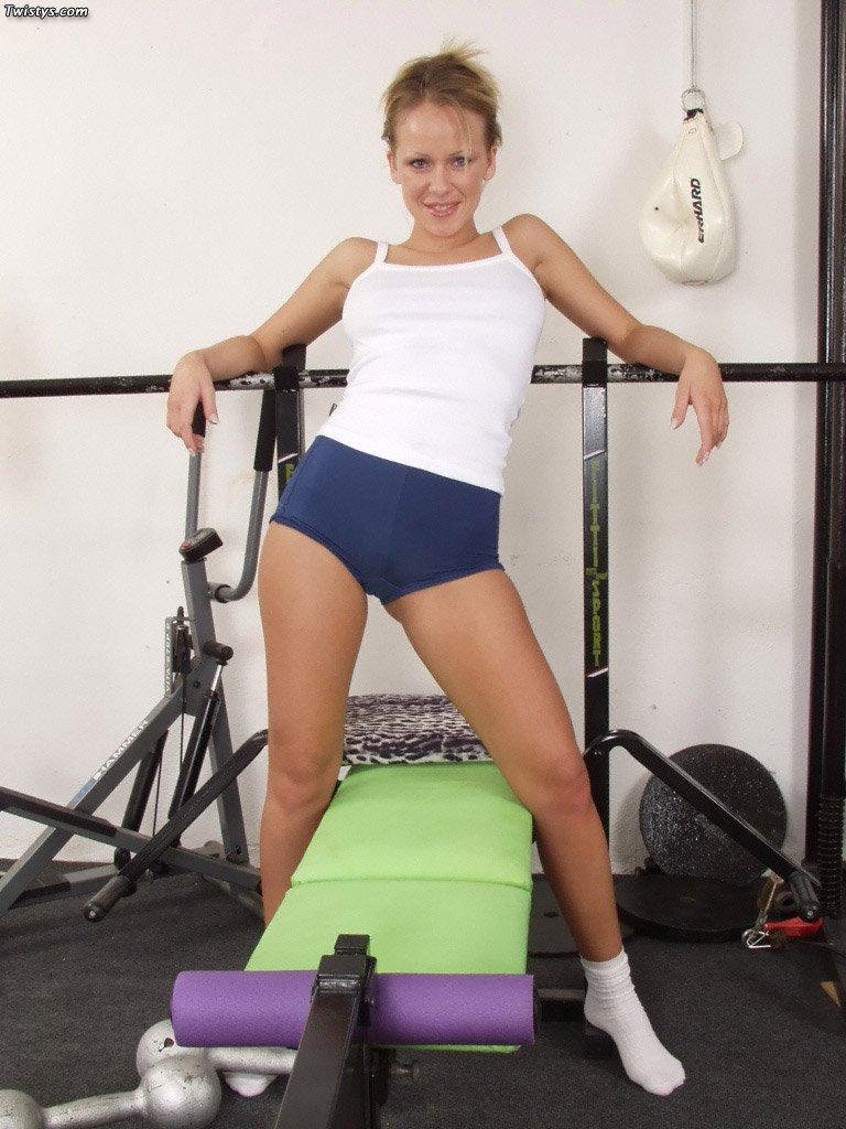 Спортивная красотка Jacqueline с мускулистым туловищем