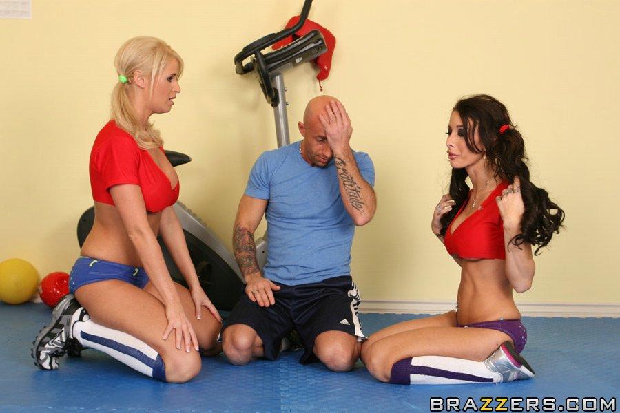 Спортсменки с гигантской грудью Mya Nicole и Madison James делят твердый хуй счастливчика