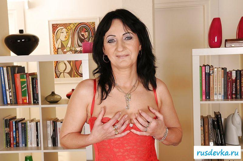 Возбуждающая обнаженная бабуля в сексапильном наряде