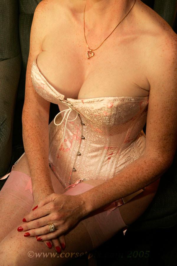 Немолодая в розовом корсете