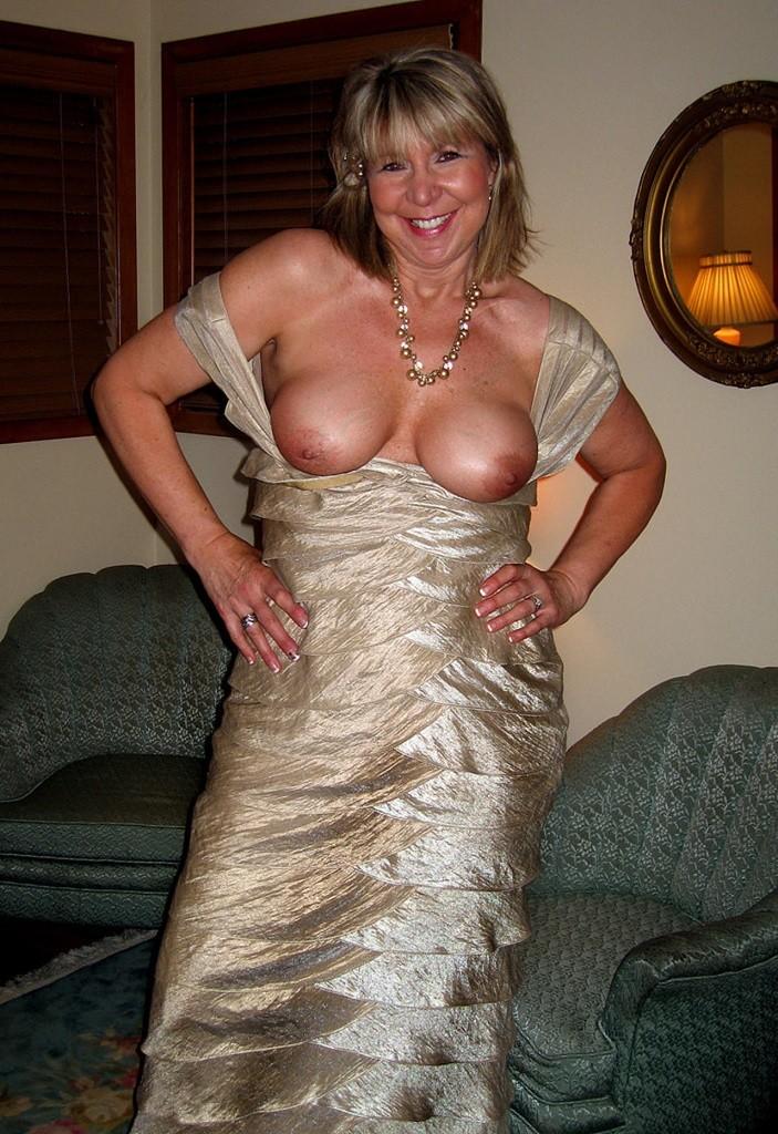 Немолодая жена снимает платье после вечеринки