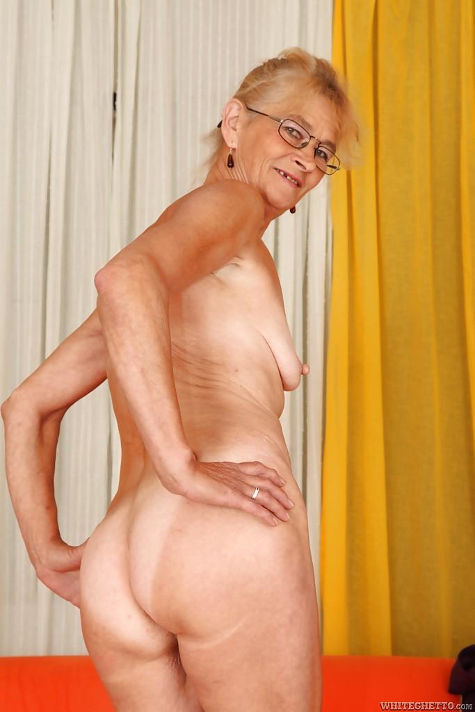Бабулька пришла на кастинг и засветила стриптиз