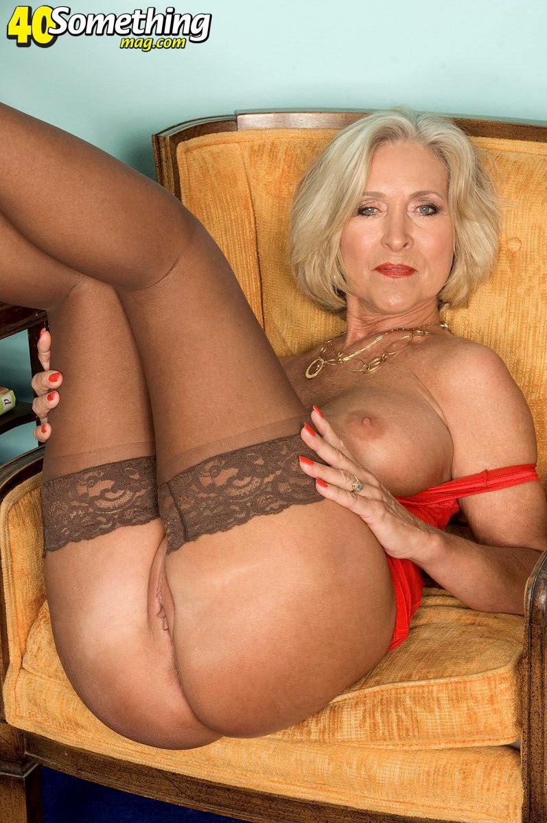Тетка в преклонном возрасте обнажает свое хорошее туловище