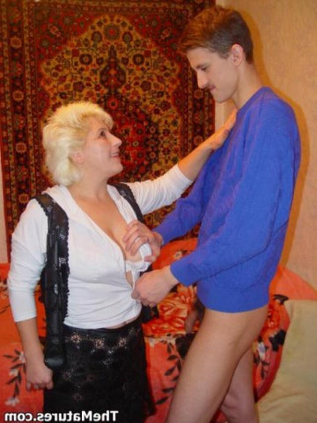 Взрослая представительница слабого пола отдалась молодому пареньку