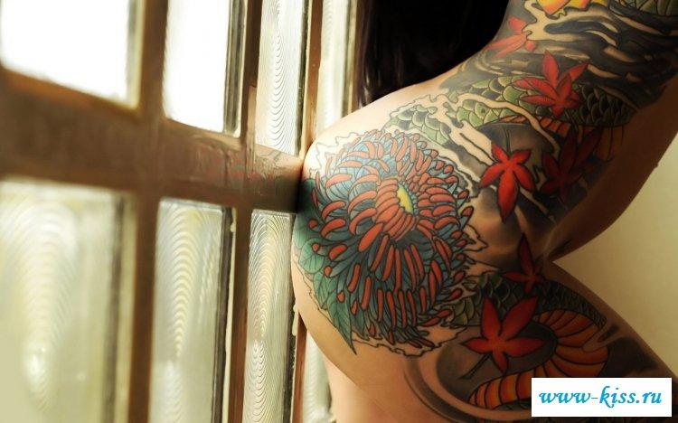 Обнаженные шлюшки манят своими татуировками - фото