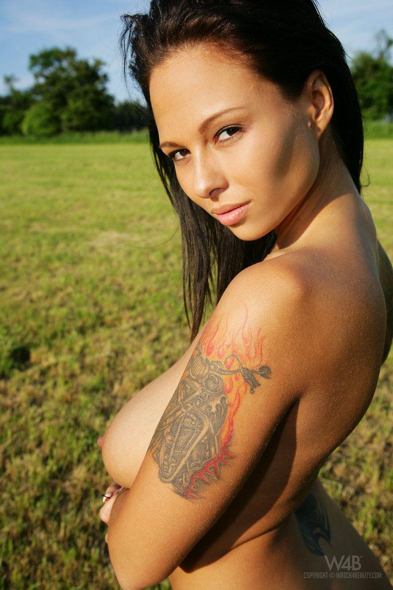 Возбужденная татуированная с массивными сисяндрами и возбужденной сракой Доминно просто создана для секса