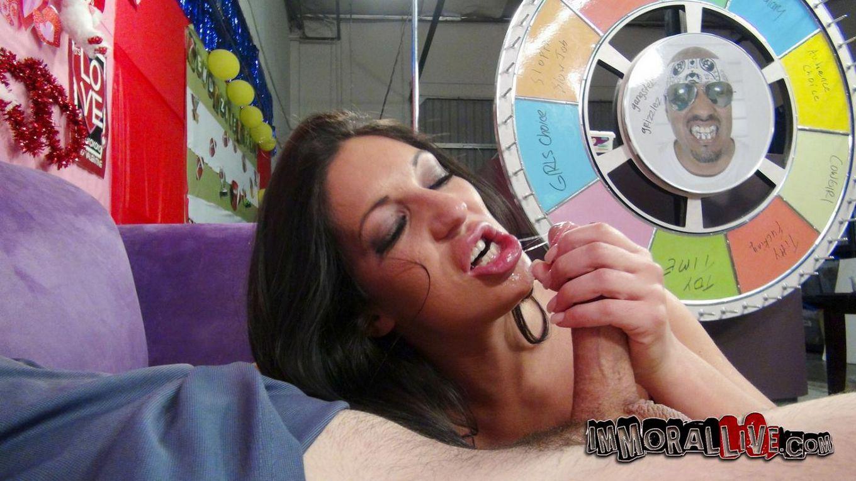 Татуированная Emily B с округлыми грудями и ухоженной гладкой вагиной теребонькает и трахается