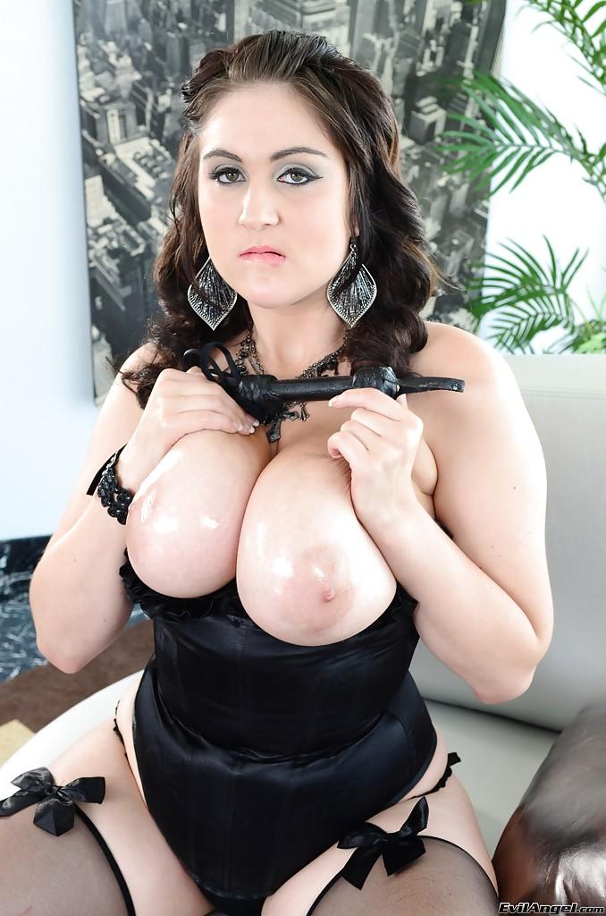 Пухлая мамаша показывает свои огромные сисяндры и дырочку