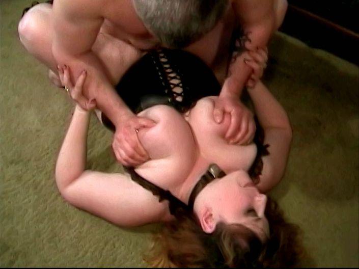 Соблазнительная жируха с крупными натуральной грудью занимается сексом сзади в широкую киску