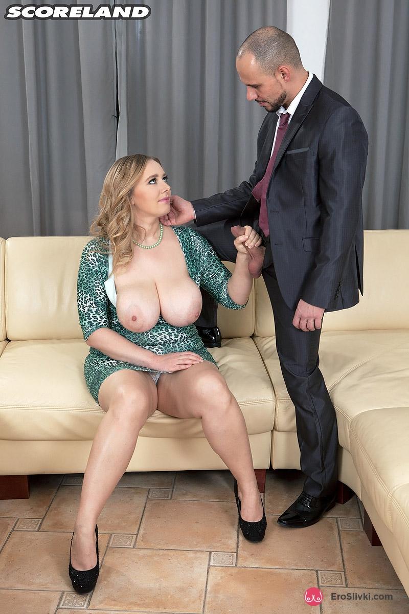 Возрастная секретарша с большими сиськами ублажает своего босса