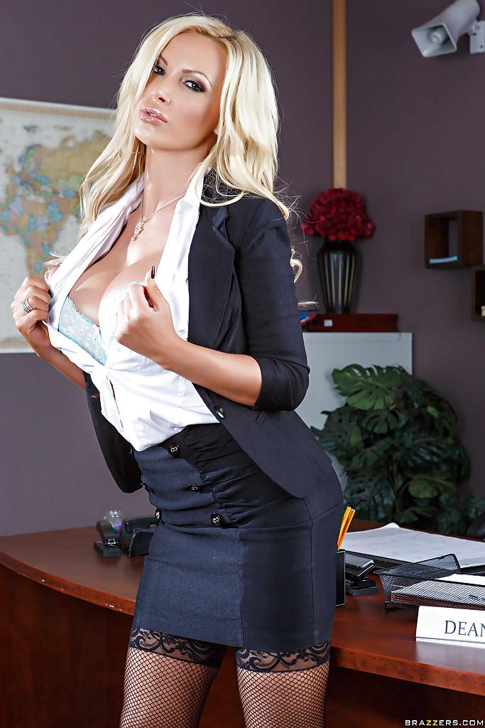 Блонди с большими дойками раздевается на рабочем месте