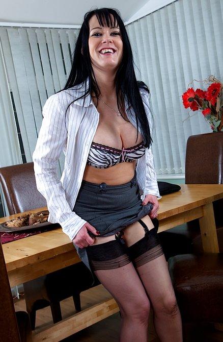 Пухлая начальница обнажилась в кабинете и балуется