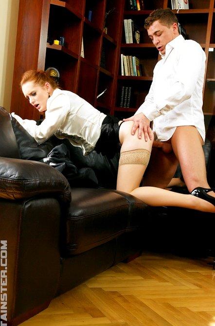 Возбужденный босс имеет коллегу в бикини на софе