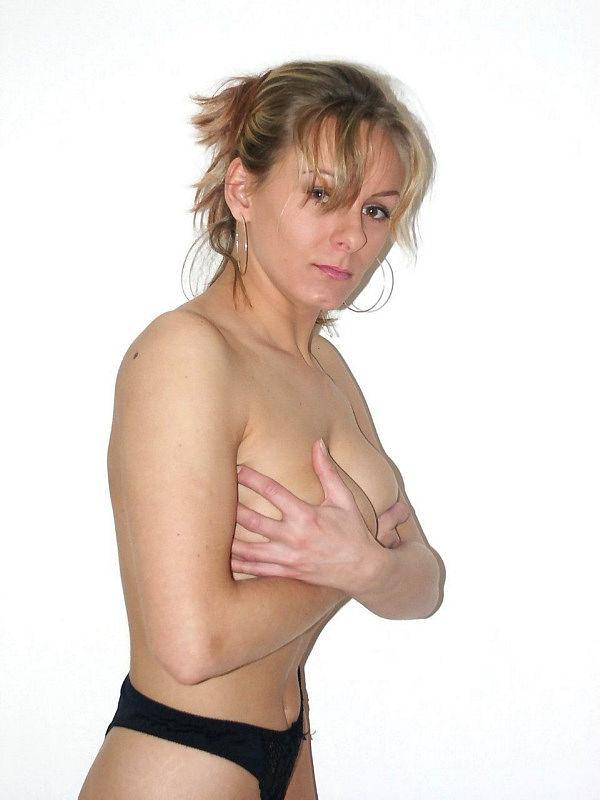 Дама красуется на камеру в чулочках и нижнем белье
