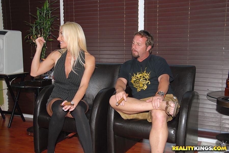 Опытную блондиночку в чулках трахнул бородатый парень на кожаном кресле
